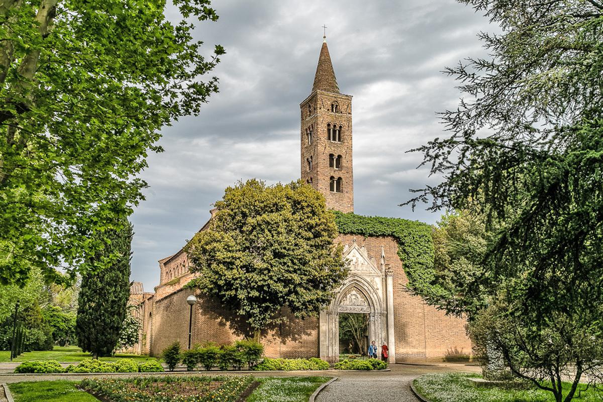 La facciata attuale della basilica di San Giovanni Evangelista (Ravenna)