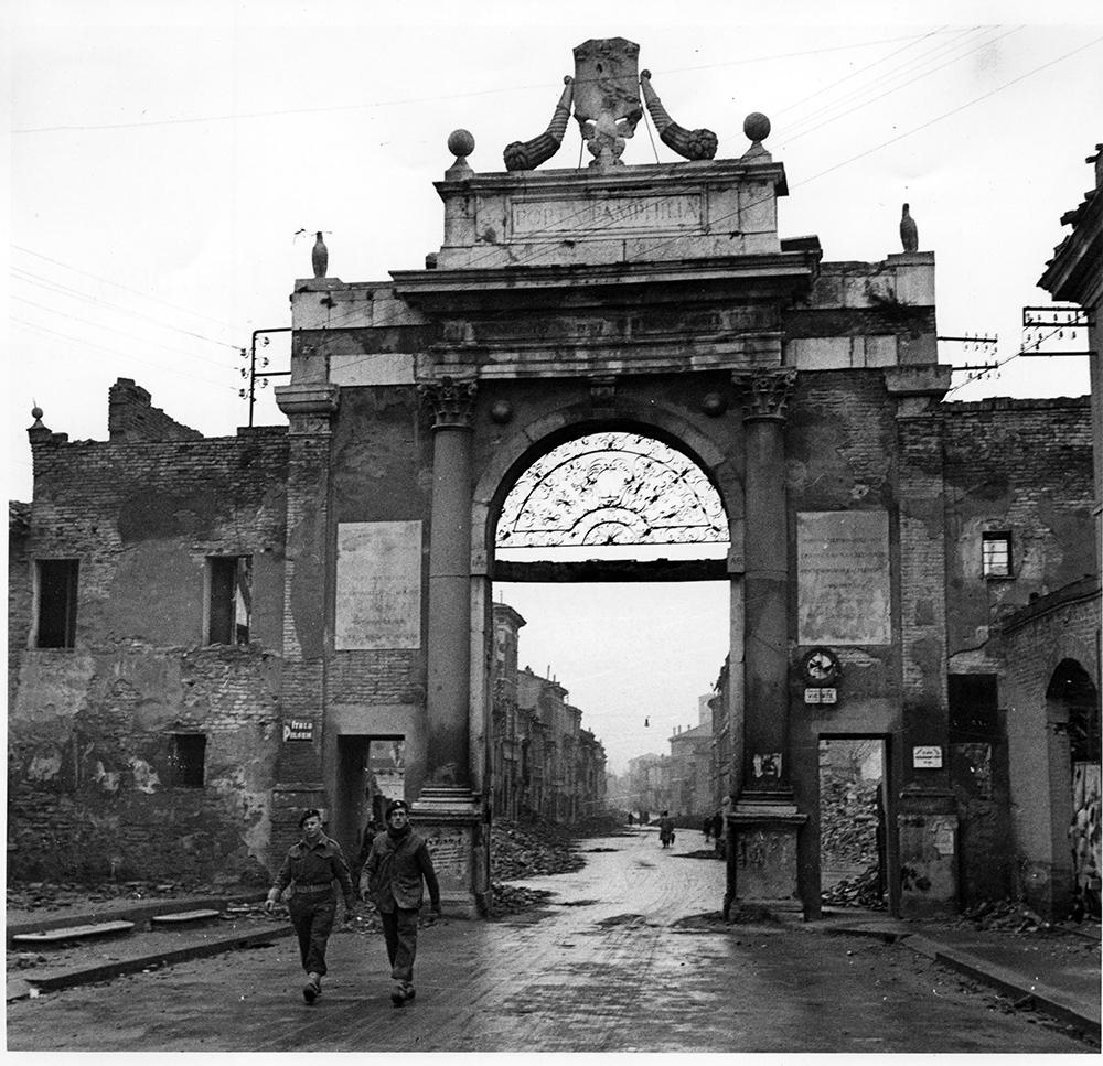Soldati britannici a Porta Nuova dopo la liberazione